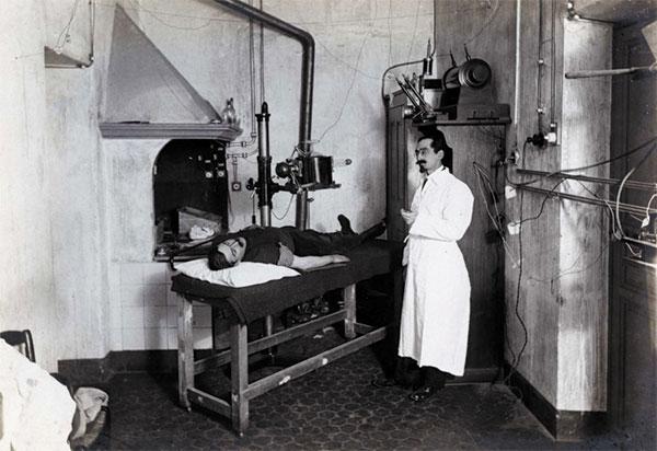 Médecin radiologuue pendant la première guerre mondiale. Hôpital auxiliaire de la Belle de Mai.