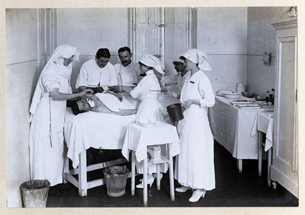 Salle et personnel d'opération chirurgicale pendant la première guerre mondiale. Hôpital auxiliaire de la Belle de Mai.