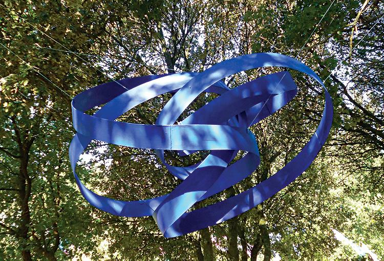 Ruban suspendu bleu 2O15 ©Jacques Salles
