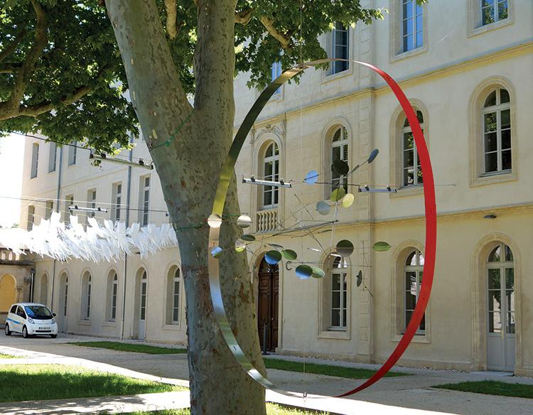 La canopée de l'air du temps et le grand sémaphore dans son cercle rouge. © Jacques Salles. Avignon 2015